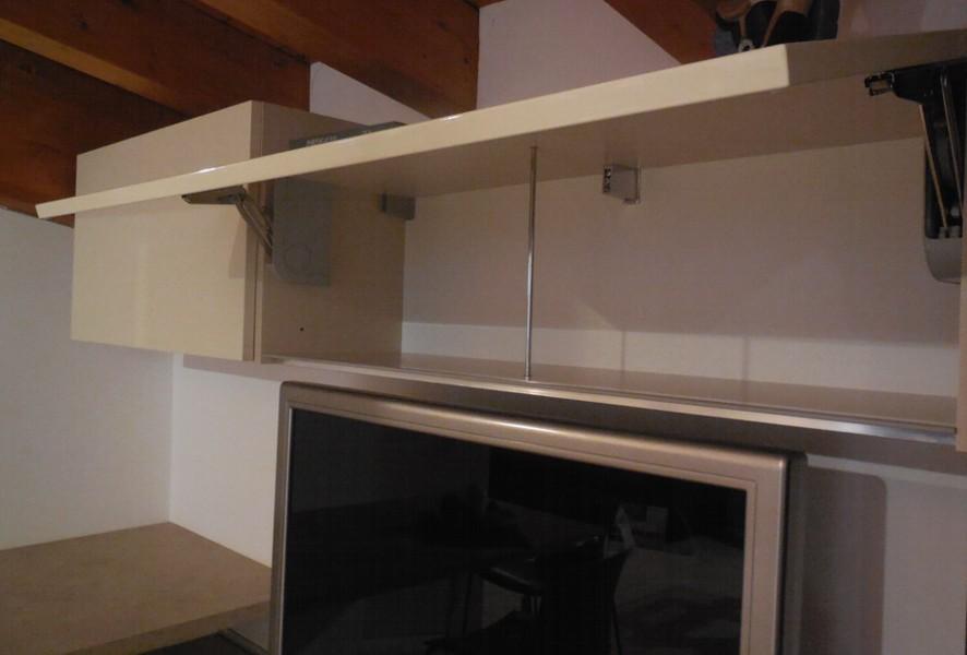 Pensile aperto della zona living della cucina outlet Fly - Luigi Fontana Arredamenti Lissone -