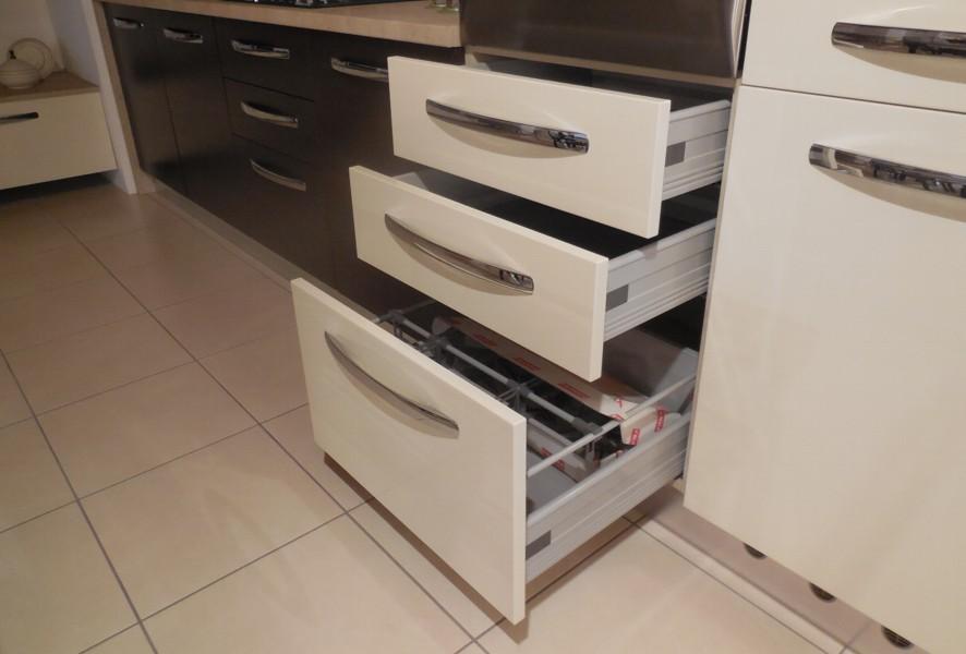 Cassetti sotto il forno della cucina outlet Fly - Luigi Fontana Arredamenti Lissone -