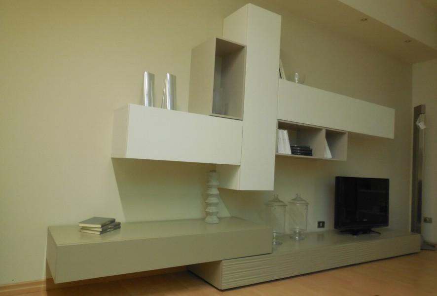 Vista in prospettiva del soggiorno moderno outlet Mood - Luigi Fontana Arredamenti Lissone -