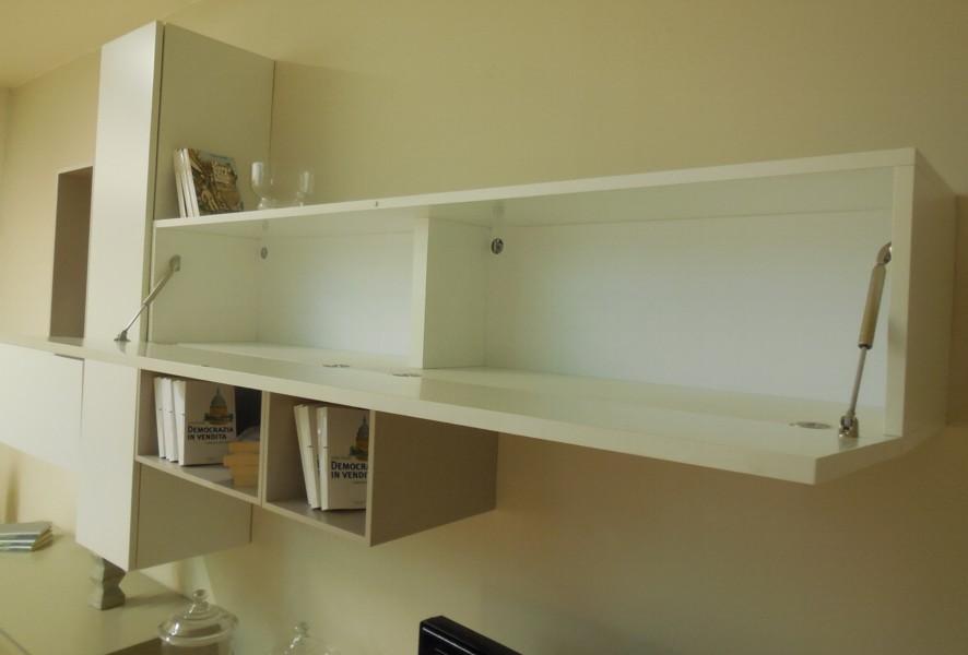 Apertura a ribalta dei pensili del soggiorno moderno outlet Mood - Luigi Fontana Arredamenti Lissone -