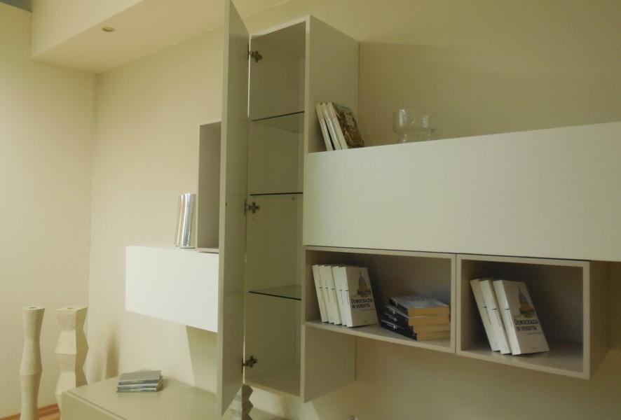Apertura battente del pensile del soggiorno moderno outlet Mood - Luigi Fontana Arredamenti Lissone -